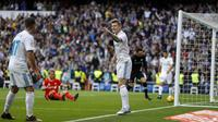 Gelandang Real Madrid, Toni Kroos, melakukan selebrasi usai mencetak gol ke gawang Sevilla pada laga La Liga di Stadion Santiago Bernabeu, Minggu (10/12/2017). Real Madrid menang 5-0 atas Sevilla. (AP/Francisco Seco)