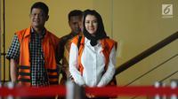 Bupati Kukar nonaktif, Rita Widyasari (kanan) usai menjalani pemeriksaan di gedung KPK Jakarta, Jumat (19/1). Rita diperiksa sebagai tersangka dugaan TPPU senilai Rp 436 miliar terkait izin perkebunan kelapa sawit. (Liputan6.com/Helmi Fithriansyah)