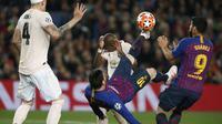 Striker Barcelona, Lionel Messi, melakukan tendangan salto saat melawan Manchester United pada laga Liga Champions 2019 di Stadion Camp Nou, Selasa (16/4). Barcelona menang 3-0 atas Manchester United. (AP/Joan Monfort)