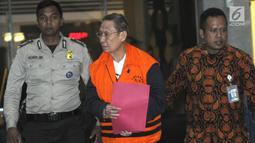 Pemilik PT Fajar Mulia Trasindo, Pieko Nyotosetiadi dikawal petugas usai menjalani pemeriksaan pasca OTT di Gedung KPK, Jakarta, Rabu (4/9/2019). PT Fajar Mulia Transindo merupakan distributor yang 'dimenangkan' PTPN III untuk distribusi gula di tahun 2019. (merdeka.com/Dwi Narwoko)
