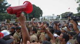 Ribuan kepala desa beserta perangkatnya menggelar aksi unjuk rasa di depan Istana Negara, Jakarta, Rabu (27/5/2015). Mereka berasal dari Jawa Timur, Jawa Barat dan Jawa Tengah. (Liputan6.com/Faizal Fanani)