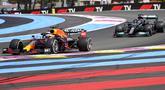 Pembalap Max Verstappen (kiri) memimpin di sebelah pembalap Lewis Hamilton pada pertandingan F1 GP Prancis di Sirkuit Paul Ricard, Le Castellet, Prancis, Minggu (20/6/2021). Max Verstappen tercepat di F1 GP Prancis. (AP Photo/Francois Mori)