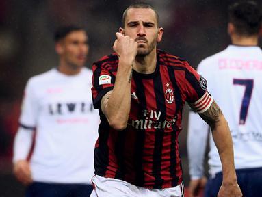 Bek AC Milan, Leonardo Bonucci melakukan selebrasi usai mencetak gol ke gawang Crotone pada lanjutan Liga Serie A Italia di San Siro, Milan (6/1). Gol Bonnuci ini menjadi penentu kemenangan tipis Milan 1-0 atas Crotone. (AFP Photo/Marco Bertorello)