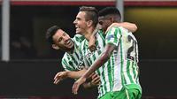 Para pemain Real Betis merayakan gol yang dicetak oleh Giovani Lo Celso ke gawang AC Milan pada laga Liga Europa di Stadion San Siro, Kamis (25/10/2018). AC Milan takluk 1-2 dari Real Betis. (AFP/Miguel Medina)