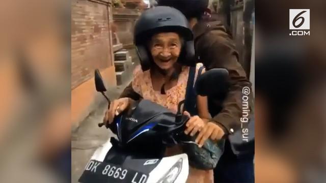 Aksi tak biasa seorang nenek yang kegirangan saat dibonceng motor menuai gelak tawa.