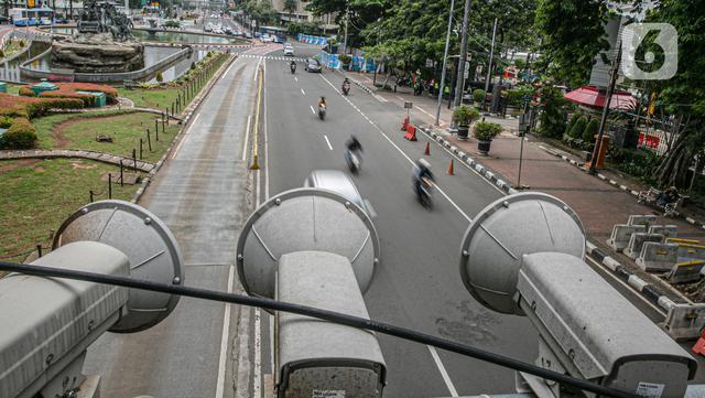 Kamera Closed Circuit Television (CCTV) terpasang di Jalan MH Thamrin, Jakarta, Sabtu (23/1/2021). Direktorat Lalu Lintas Polda Metro Jaya menargetkan 100 kamera electronic traffic law enforcement (ETLE) terpasang di sejumlah ruas jalan di Jakarta pada 2021. (Liputan6.com/Faizal Fanani)