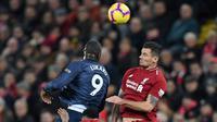 Striker Manchester United, Romelu Lukaku (kiri) berebut bola dengan bek Liverpool, Dejan Lovren dalam lanjutan pekan ke-17 Premier League di Stadion Anfield, Minggu (16/12). The Reds mengalahkan rival abadi, Manchester United 3-1. (PAUL ELLIS/AFP)