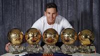 Pada awal Januari, Lionel Messi memulai tahun dengan mendapatkan penghargaan FIFA Ballon d'Or menyingkirkan pesaingnya Cristiano Ronaldo. Sepanjang kariernya bintang Barcelona itu sudah mengoleksi lima trofi Ballon d'Or. (AFP/Miguel Ruiz)