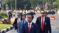 Saat kendaraan melintas di depan Taman Pandang, Monas, Jokowi tiba-tiba menghentikan laju kendaraannya. Bersama Gibran sang putra sulungnya, Jokowi tiba-tiba keluar dari mobil.