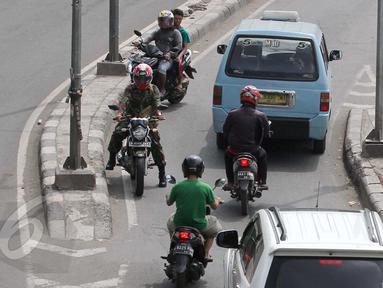 Pengendara motor saat melawan arus di kawasan Tanah Abang, Jakarta, Selasa (9/6/2015). Polda metro Jaya kembali mengajukan denda maksimal untuk tiga pelanggaran seperti parkir liar, melawan arus, menaiki-menurunkan penumpang. (Liputan6.com/Johan Tallo)