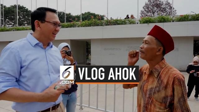 Mantan Gubernur DKI Basuki Tjahaja Purnama alias Ahok mengunjungi Lapangan Banteng, Jakarta. Ahok dicegat seorang pedagang kerak telor yang ingin mengucapkan terima kasih.