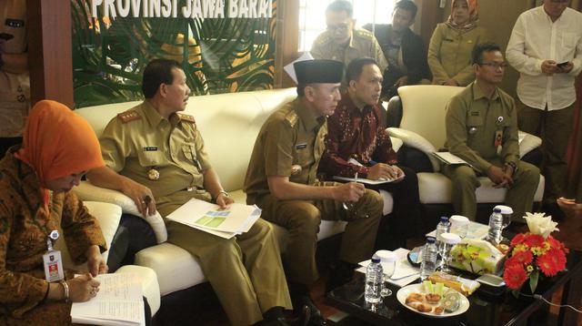 Pj Gubernur Jawa Barat Mochamad Iriawan melakukan video conference di Gedung Sate Bandung