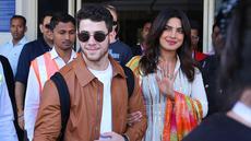 Aktris India Priyanka Chopra (kanan) dan musisi AS Nick Jonas (kiri) tiba di Jodhpur, Rajasthan, India, Kamis (29/11). Chopra dan Nick akan melangsungkan pernikahan di Jodhpur. (Sunil VERMA/AFP)