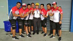 Tim Astra Honda Racing Team merayakan keberhasilan Gerry Salim di ARRC 2017 di Sirkuit Buriram, Thailand, Sabtu (2/12/2017). Gerry Salim menjadi rider Indonesia pertama yang menjuarai ARRC kelas Asia Production 250. (Bola.com/Muhammad Wirawan)