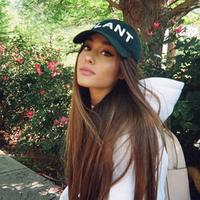 Dilaporkan Ace Showbiz, Ariana Grande telah kembali dengan menggunakan pesawat jet pribadinya. Tiba di bandara Boca Raton, Florida, ia disambut oleh kekasihnya Mac Miller. (AFP/Bintang.com)