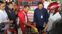 Menteri ESDM Ignasius Jonan meresmikan 2 Stasiun Pengisian Bahan Bakar Umum (SPBU) Bahan Bakar Minyak (BBM) satu harga, di Pulau Nias Sumatera Utara. (Wicak/Liputan6.com)