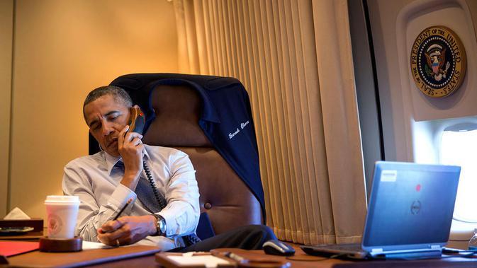 Presiden Barack Obama menggunakan Notebook Dell Latitute E6420 saat berada di Air Force One (Sumber: Pete Souza, The White House)