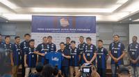 Satria Muda Pertamina meluncurkan jersey ketiga untuk IBL 2017-2018 yang bernuansa Inter Milan. (Bola.com/Andhika Putra)