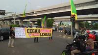 Jaringan Aksi Keselamatan Jalan (Jarak Aman) merangkul 30 komunitas sepeda motor untuk menggelar aksi simpatik di perempatan Pangkalan Jati, Kalimalang, Jakarta Timur, Sabtu (19/5/2018)