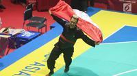 Pesilat Indonesia Hanifan Yundani Kusumah melakukan selebrasi kemenangan saat final pertandingan pencak silat Asian Games 2018 di Padepokan Pencak Silat Taman Mini Indonesia Indah (TMII), Jakarta, Rabu (29/8). (merdeka.com/Imam Bukhori)
