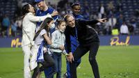 Pelatih Chelsea, Thomas Tuchel, berbincang dengan anaknya saat perayaan gelar juara Liga Champions di Stadion Dragao, Porto, Minggu (30/5/2021). Chelsea menang 1-0 atas City. (Pierre Philippe Marcou/Pool via AP)