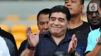 Legenda sepak bola Argentina Diego Maradona menyapa penggemarnya saat datang ke Stadion Gelora Bung Karno (GBK), Senayan, Jakarta, Sabtu (29/6/2013). Diego Maradona dikabarkan meninggal dunia karena serangan jantung. (Liputan6.com/Helmi Fithriansyah)