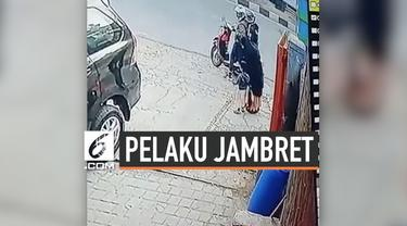 Dua orang pelaku jambret di Kawasan Terusan Jalan Jakarta, Kota Bandung, Jawa Barat terekam kamera CCTV. Setelah berhasil merampas handphone ibu hamil yang sedang menunggu ojek online.