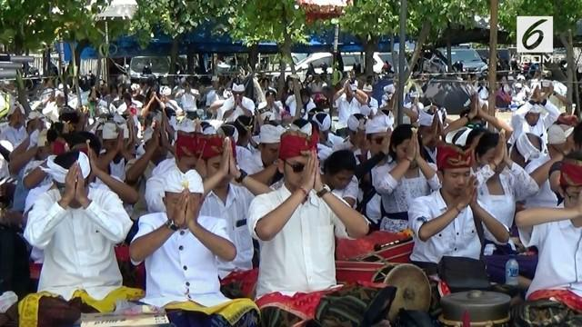 Ribuan umat Hindu se-provinsi menggelar upacara melasti  di Pantai Tanjung Pasir, Tangerang, Banten, Minggu siang.