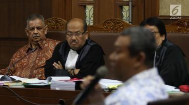 Terdakwa kasus dugaan suap proyek PLTU Riau-1, mantan Dirut PLN Sofyan Basir menyimak keterangan saksi ahli dalam sidang lanjutan di Pengadilan Tipikor, Jakarta, Senin (19/8/2019). Sidang lanjutan mendengarkan keterangan saksi yang dihadirkan Jaksa Penuntut dari KPK. (Liputan6.com/Herman Zakharia)