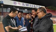 Supervisor Kompetisi PT LIB, Somad, menunjukkan hasil penghitungan penerangan Stadion Brawijaya, Kota Kediri, kepada manajemen Persik. (Bola.com/Gatot Susetyo)