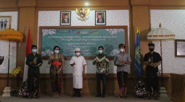 Penyerahan trophy kepada para pemenang kompetisi website aksara Bali. Dok: PANDI