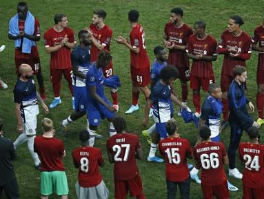 Pemain Chelsea berjalan di depan pemain Liverpool untuk mendapatkan medali setelah pertandingan Piala Super Eropa 2019 di Besiktas Park, di Istanbul (15/8/2019). Chelsea kalah lewat adu penalti atas Liverpool 5-4 (2-2). (AP Photo/Emrah Gurel)