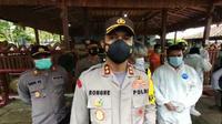 Kapolres Rembang, AKBP Kurniawan Tandi Rongre saat diwawancarai banyak wartawan di lokasi pembunuhan satu keluarga seniman di Rembang. (Liputan6.com/Ahmad Adirin)
