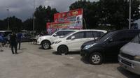 Tujuh mobil pribadi ditinggal begitu saja oleh pemiliknya di area parkir Soewarna, Terminal 1B dan area Gedung 600 Bandara Soekarno Hatta.   (Liputan6.com/ Pramita Tristiawati)