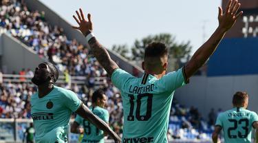 Striker Inter Milan, Lautaro Martinez, merayakan gol yang dicetaknya ke gawang Sassuolo pada laga Serie A Italia di Stadion Mapei, Reggio-Emilia, Minggu (20/10). Sassuolo kalah 3-4 atas Inter. (AFP/Miguel Medina)