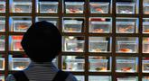 Pengunjung melihat ikan mas hias yang dipamerkan di sebuah museum di Sanfangqixiang (Tiga Jalur dan Tujuh Lorong), Kota Fuzhou, Provinsi Fujian, China, 23 September 2020. Lebih dari 3.000 ikan mas hias dari sekitar 100 spesies dipamerkan di museum tersebut. (Xinhua/Wei Peiquan)