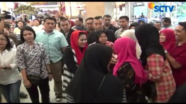 Usai menyapa warga, Puti dan Risma buka puasa bersama dengan warga Surabaya yang ada di mal.