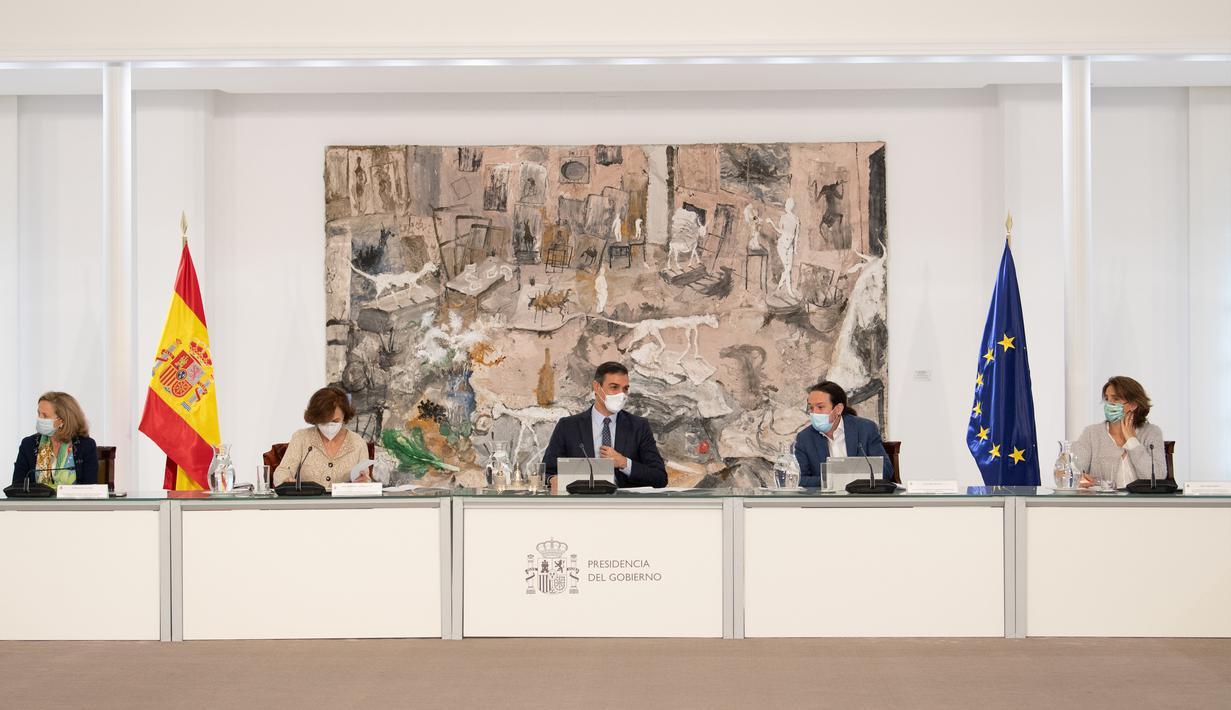 Perdana Menteri Spanyol Pedro Sanchez (tengah) menghadiri rapat kabinet darurat di Madrid, Spanyol, 25 Oktober 2020. Sanchez pada Minggu (25/10) mengumumkan Status Darurat (State of Alarm) sebagai upaya untuk meredam penyebaran COVID-19. (Xinhua/La Moncloa)