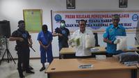Kepala BNN Riau bersama Kabid Penindakan memperlihatkan barang bukti sabu Malaysia yang dibawa kurir tujuan Palembang. (Liputan6.com/M Syukur)