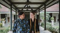 Randy Pangalila dan istri dalam balutan adat Jawa (Sumber: Instagramrandpunk)