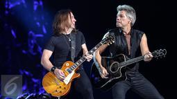 Aksi Bon Jovi di depan 40 ribu penonton yang memadati Stadion Utama Gelora Bung Karno (SUGBK), Jakarta, Jumat (11/9/2015). Bon Jovi membayar kerinduan penggemarnya di Indonesia dengan aksi yang memukau. (Liputan6.com/Faizal Fanani)