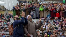 Umat muslim memanjatkan doa saat imam memamerkan peninggalan Nabi Muhammad pada peringatan Isra Miraj di Masjid Hazratbal, Srinagar, Kashmir, India, Jumat (12/3/2021). Ribuan muslim Kashmir berkumpul di Masjid Hazratbal yang menyimpan janggut Nabi Muhammad. (AP Photo/Dar Yasin)