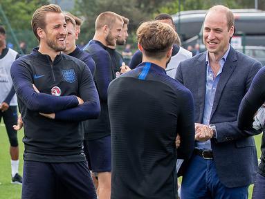 Pangerang William berdiskusi saat menunjungi latihan Timnas Inggris di West Riding County FA, Leeds, Kamis (7/6/2018). Kedatangan ini untuk memberikan support jelang Piala Dunia 2018 Rusia. (AFP/Charlotte Graham)