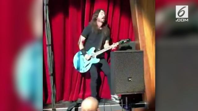 Vokalis Foo Fighters, Dave Grohl jatuh saat manggung. Saat itu, Dave sedang manggung Bersama Foo Fighters di Las Vegas.