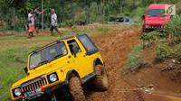 Jeep peserta jurnalis 4x4 melintasi lumpur selama Fastron Weekend Drive- Dasa Warsa Jurnalis 4X4 di Depes Offroad Track, Desa Pelangi, Sentul, Bogor, Jabar (26/11). Kegiatan ini diikuti ratusan peserta dari 13 klub otomotif. (Liputan6.com/HO/Tatan)