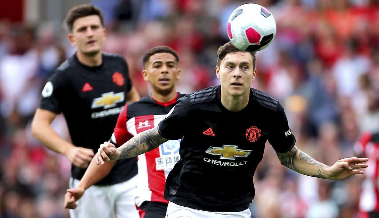 Bek Manchester United, Victor Lindelof, menyundul bola saat melawan Southampton pada laga Premier League di Stadion St Mary's, Southampton, Sabtu (31/8). Kedua klub bermain imbang 1-1. (AP/Mark Kerton)