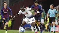 Gelandang Tottenham Hotspur, Moussa Sissoko, berebut bola dengan pemain Barcelona, Philippe Coutinho, pada laga Liga Champions di Stadion Camp Nou, Spanyol, Selasa (11/12). Kedua tim bermain imbang 1-1. (AP/Emilio Morenatti)
