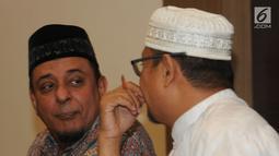 Ketum GNPF-Ulama, Yusuf Muhammad Martak dan Anggota GNPF ustad Edy Mulyana berbincang saat memberikan keterangan menepis isu kepemilikan saham Lapindo di Jakarta, Senin (24/9). (Merdeka.com/Dwi Narwoko)