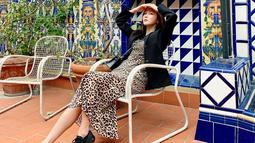 Tampil casual dengan dress motif leopard, dipadukan dengan blazer hitam & sepatu sport hitam. Tak selalu tampil feminim Jessica Jung juga sering tampil sporty. Begini gaya fashion liburan ala Jessica di Barcelona.(Liputan6.com/IG/@jessica.syj)