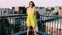 Intip tips fashion mengenakan busana berwarna hijau lemon agar terlihat keren. (Foto: Instagram @alaamead)